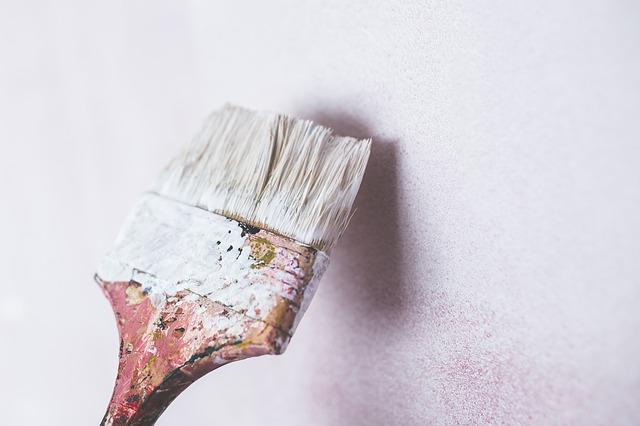 malowanie mebli na biało, przecierka