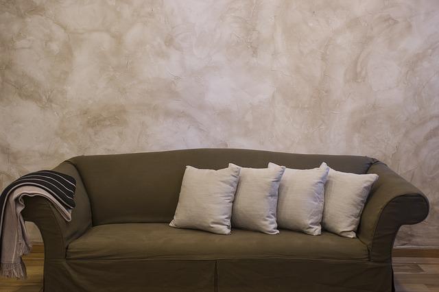 szare meble, beton na ścianach