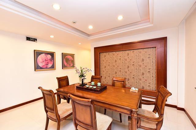 brązowe meble, jadalnia, kolor ścian