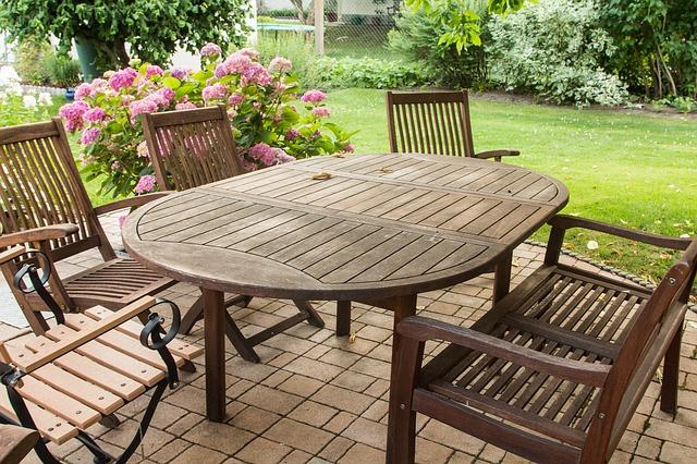 meble ogrodowe, drewniane krzesła, stół