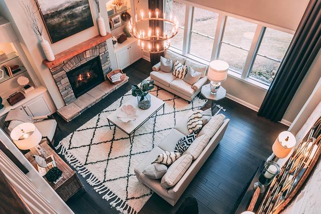 ciemna podłoga, drewniane panele,salon