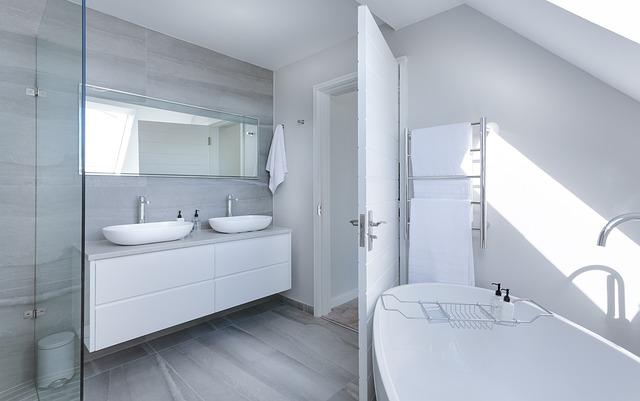 szara łazienka, białe meble, wyposażenie