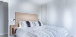 sypialnia, jasne meble, jasne ściany, styl skandynawski