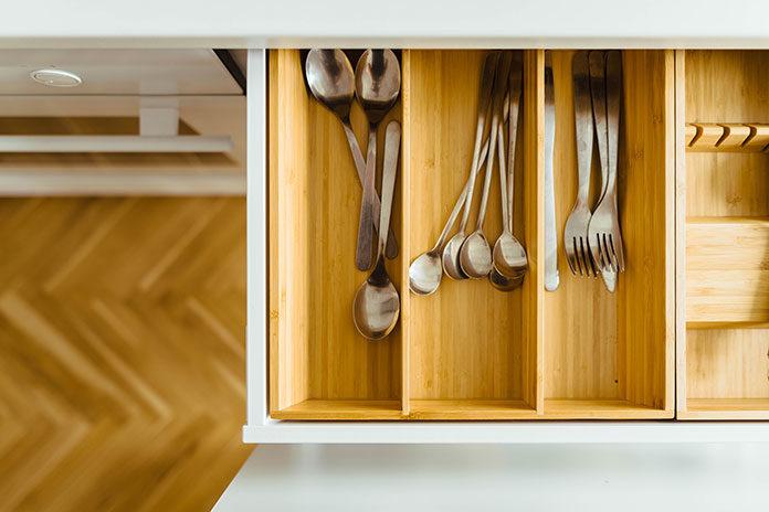 Wiosenne porządki w kuchennej szufladzie. Jak właściwie dobierać akcesoria?
