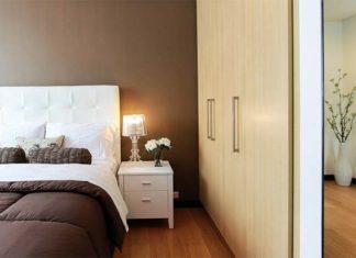 białe łóżko tapicerowane